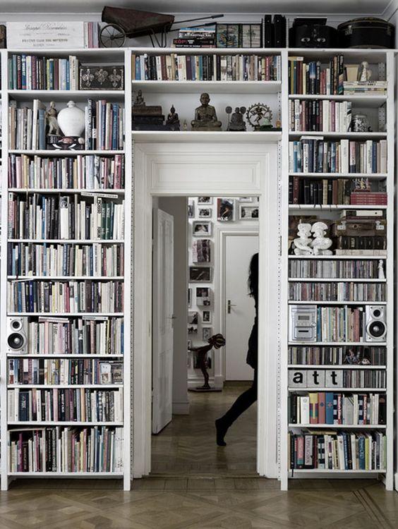 Grote boekenkast rondom deur in woonkamer