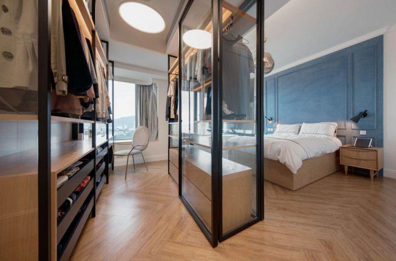 Inrichting Grote Slaapkamer : Grote glazen wand en deuren met stalen kozijnen scheiden hier de