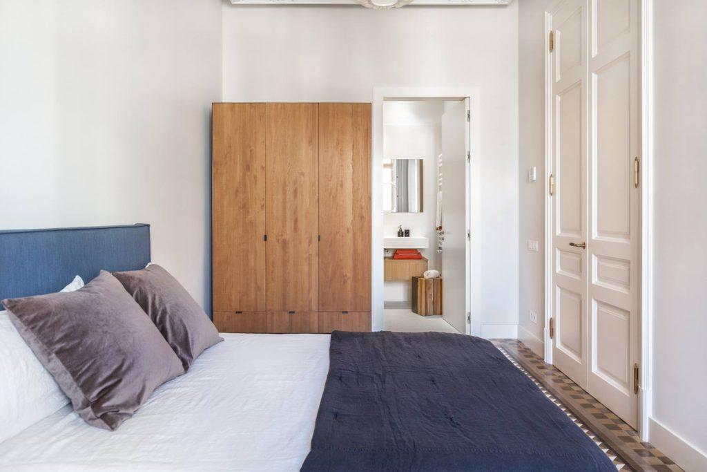 grote houten kledingkast slaapkamer