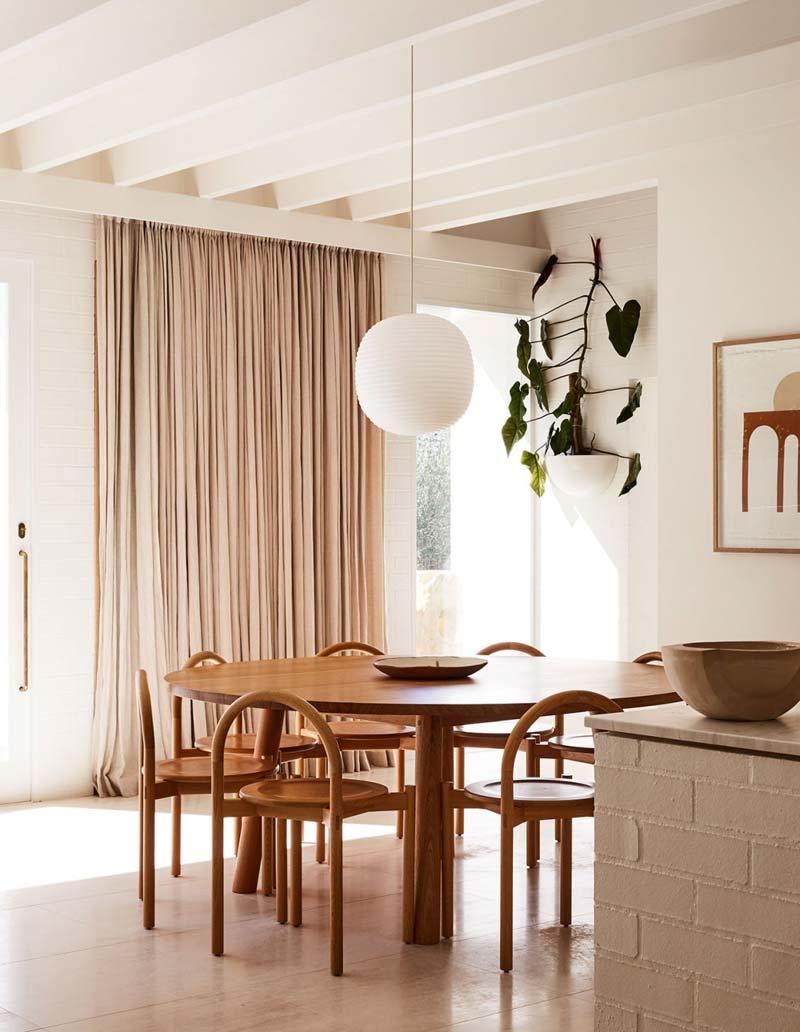grote ronde houten eettafel eetkamerstoelen
