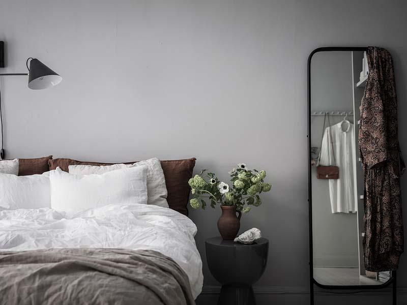 grote spiegel naast bed
