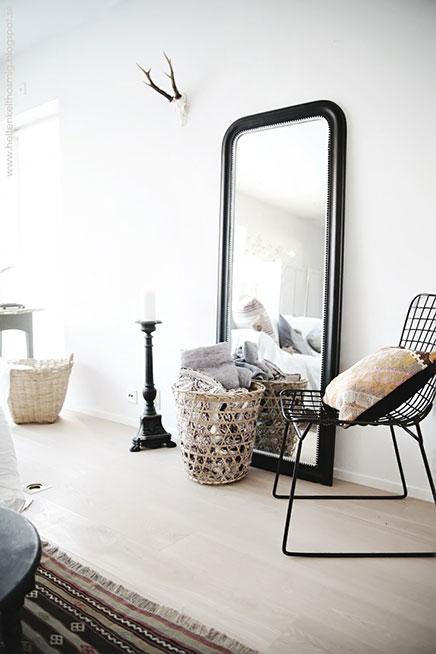 Grote spiegel op de vloer inrichting - Grote spiegel kleefstof ...