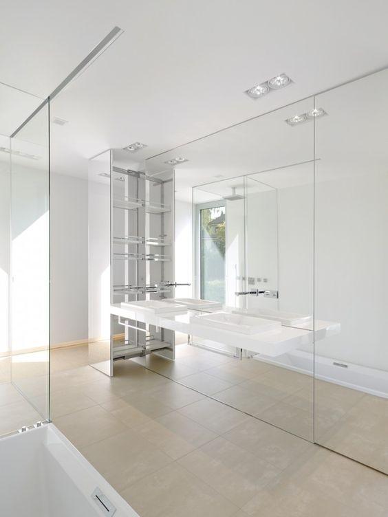 Grote spiegelwand