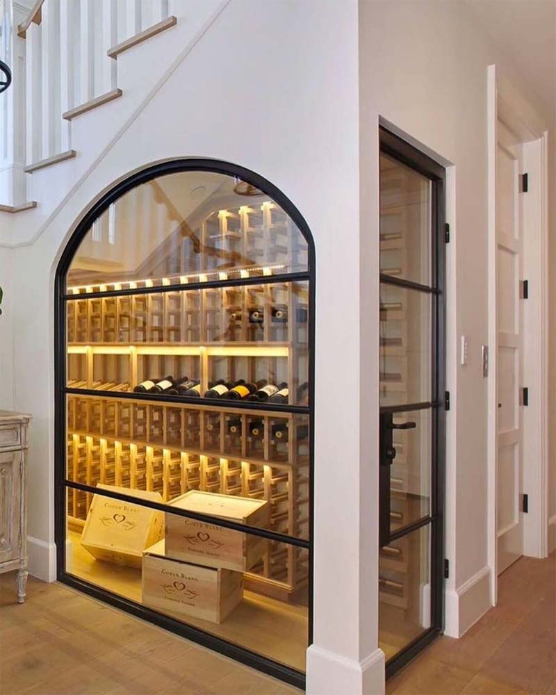 grote wijnkast onder trap