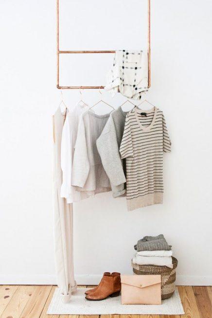 Hangende koperen kledingrek