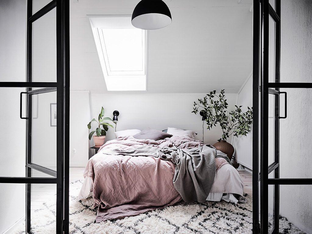 Heerlijke lichte slaapkamer met werkplek