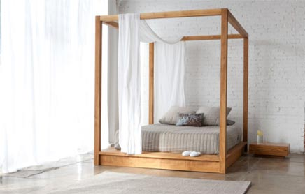 Hemelse slaapkamer met houten hemelbed