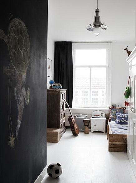 Herenhuis in amsterdam met helder en wit interieur
