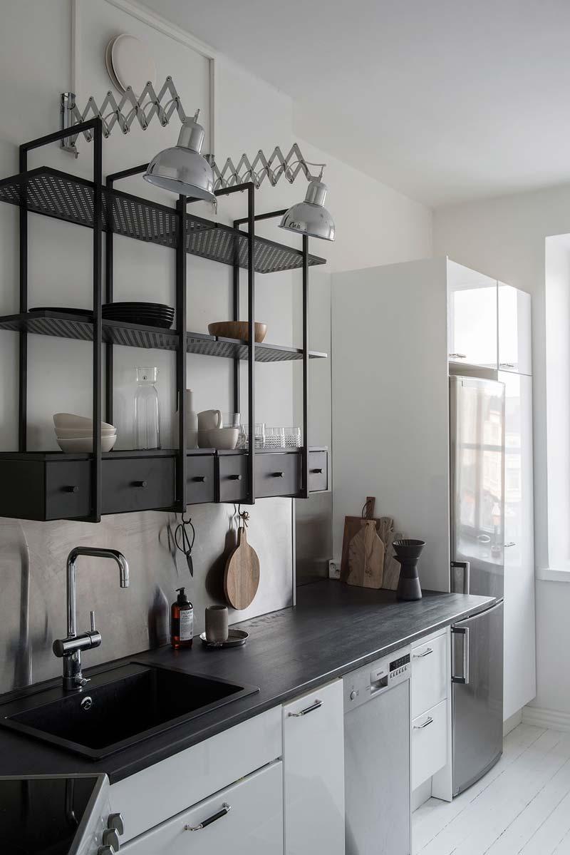 Zwarte houten keuken