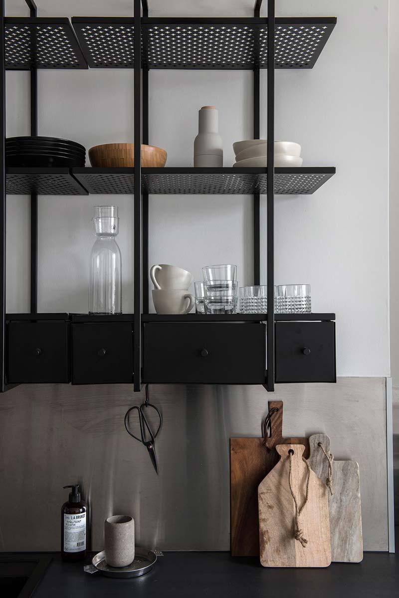 Rekken in keuken zwart