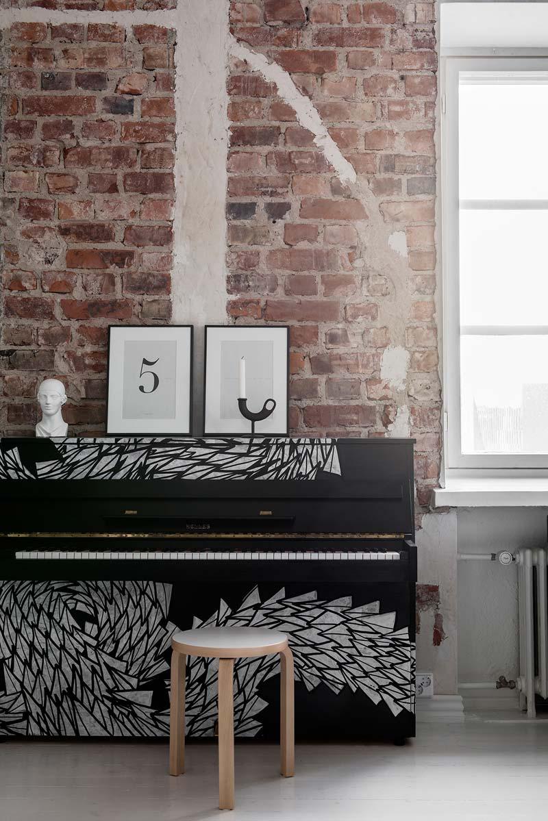 Piano tegen bakstenen muur