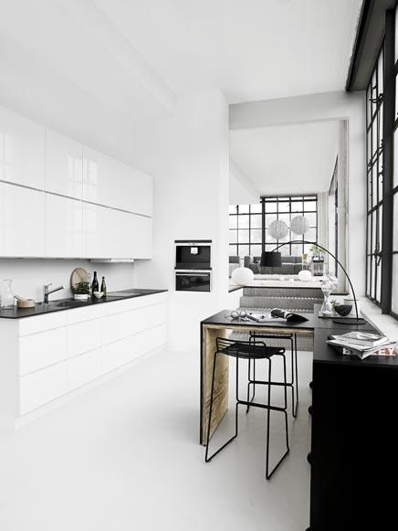 Hoogglans witte keuken van Kvik