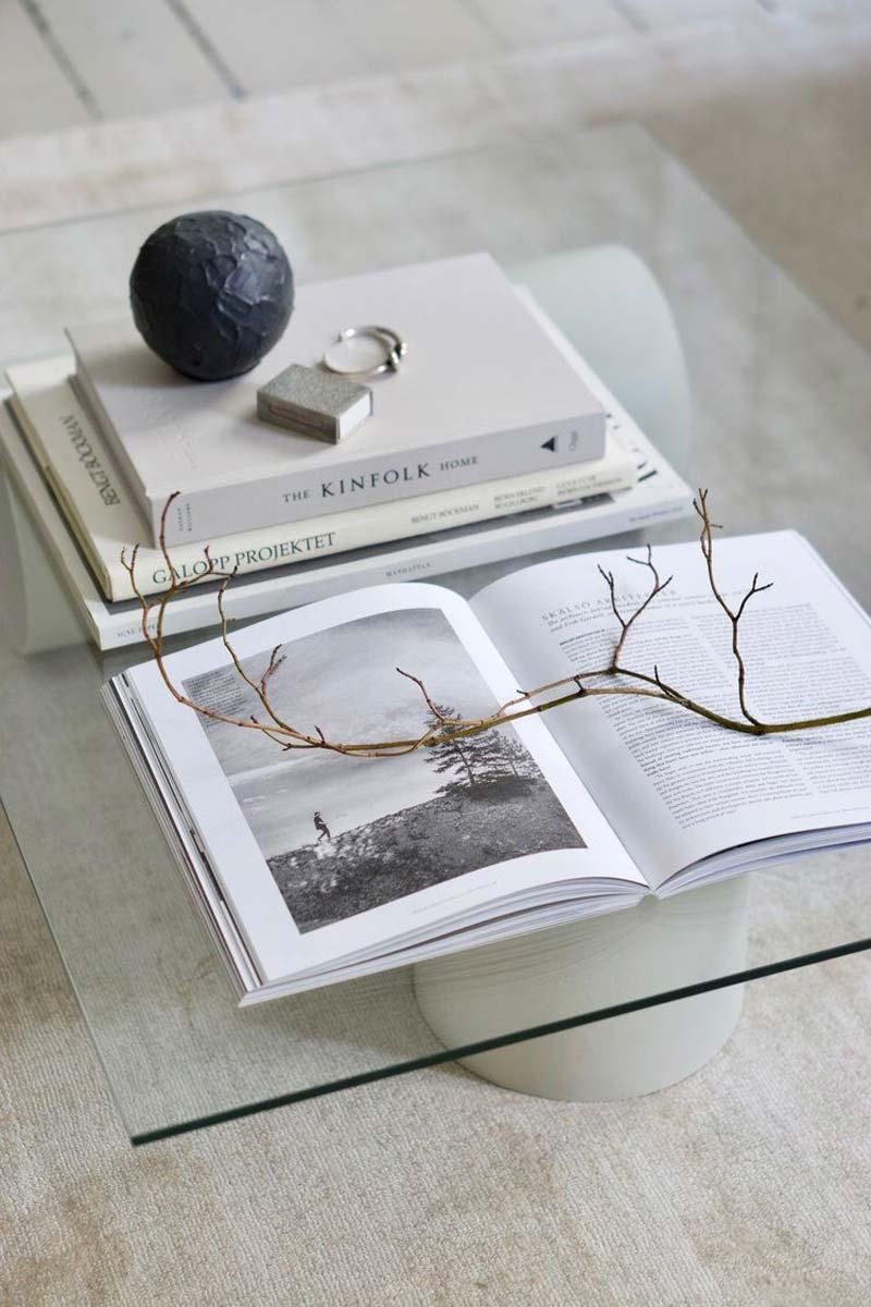 housewarming cadeau boek - Kinfolk Home boek op salontafel styling