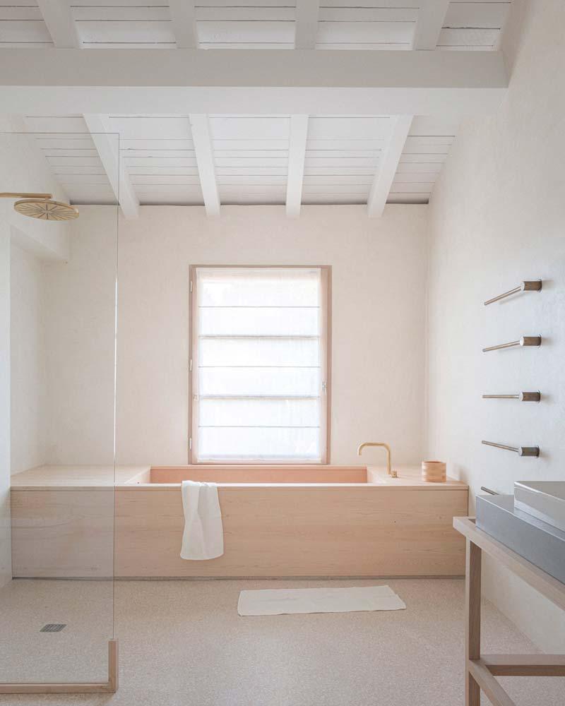 houten bad lichte badkamer