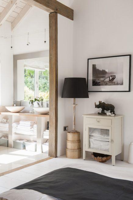 Sfeervolle ruimtelijke slaapkamer van sue en roger inrichting - Slaapkamer met zichtbare balken ...