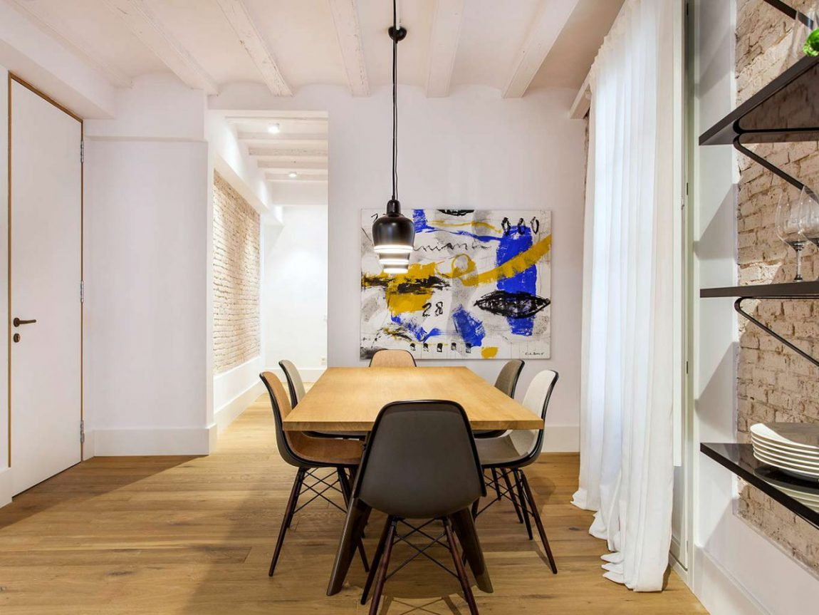houten-eettafel-vitra-eames-stoelen