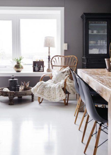 Houten eettafel en zwarte Eames stoelen