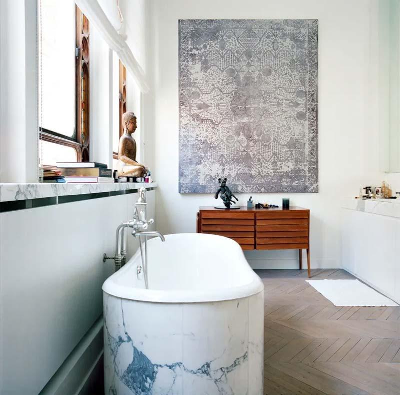Zweeds ex-model Cecilia Brönström kon het niet weerstaan om een mooie houten Hongaarse punt vloer te nemen in haar prachtige badkamer.