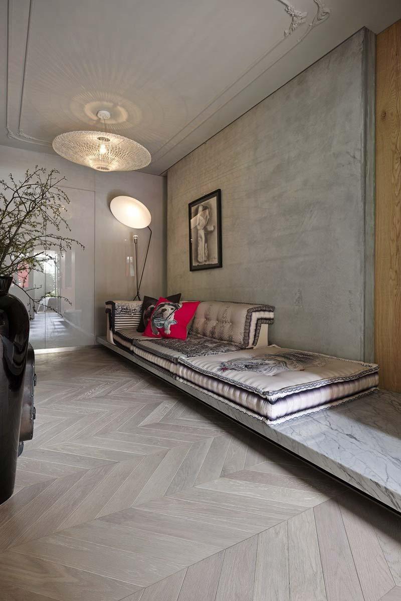 Een super stoer contrast gecreëerd met een houten Hongaarse punt vloer en een rauwe betonnen muur in deze stijlvolle huis kantoor combinatie.