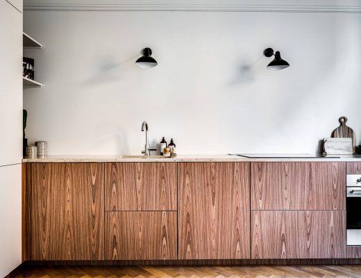 In deze mooie keuken hebben ze gekozen voor houten keukenkasten met marmeren keukenblad