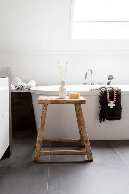 Houten kruk in de badkamer