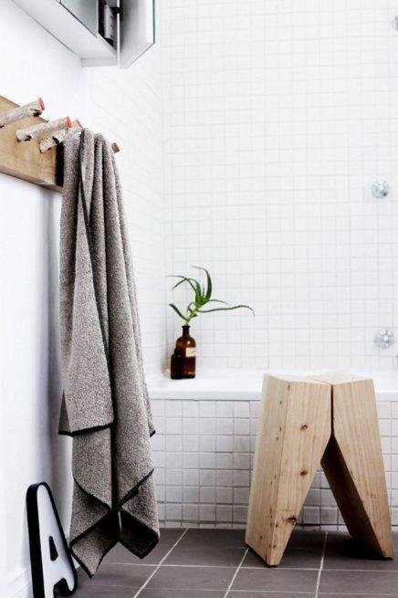 Houten krukje in de badkamer