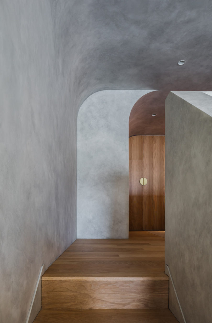 houten trapbekleding betonstuc muur