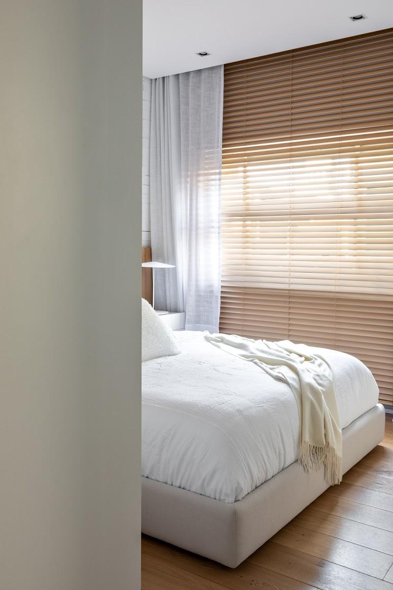 houten vloer en jaloezien slaapkamer