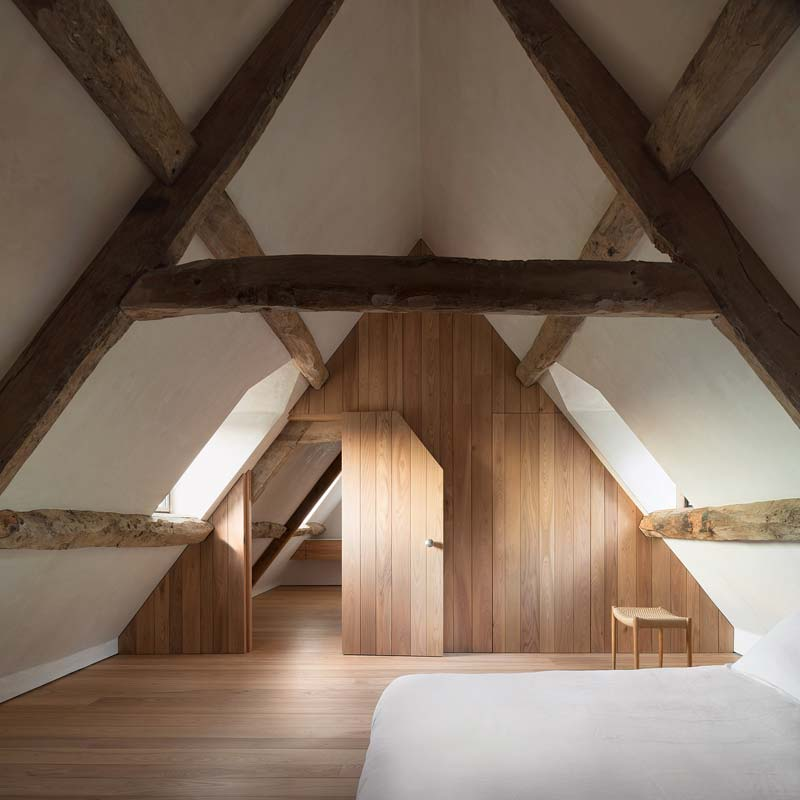 houten vloer wandbekelding slaapkamer