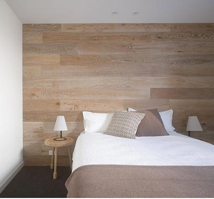 Een houten wand voor de inrichting van je slaapkamer  Inrichting-huis ...