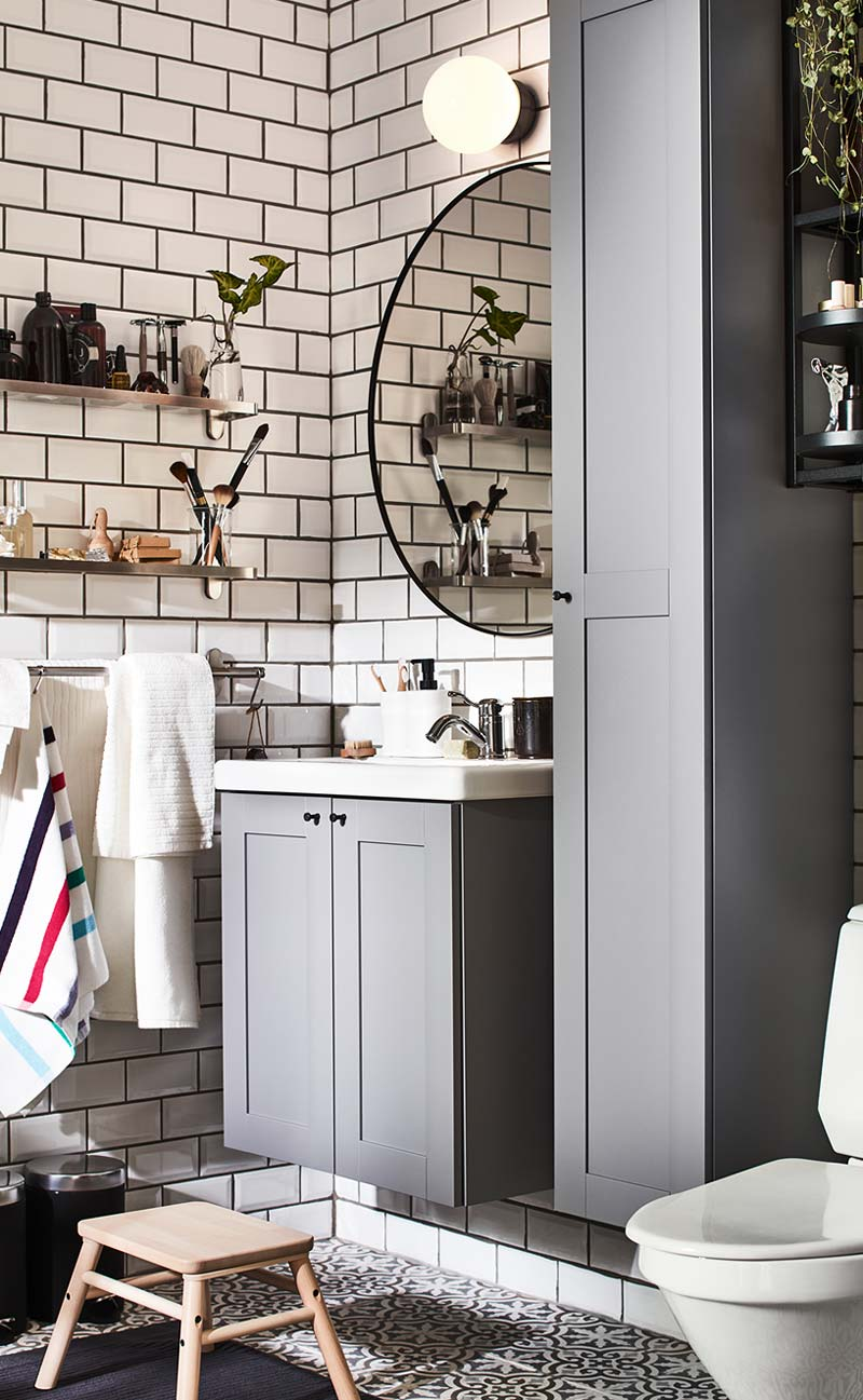 ikea catalogus 2021 badkamer metrotegels grijze meubels