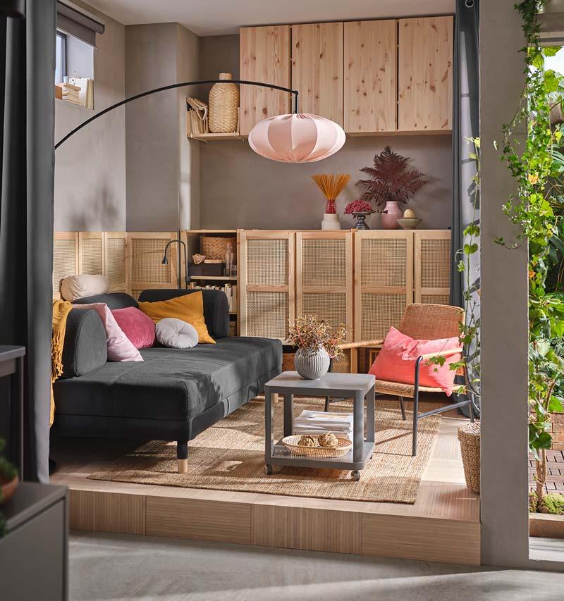 ikea catalogus 2021 knusse woonkamer slaapbank en IVAR kasten