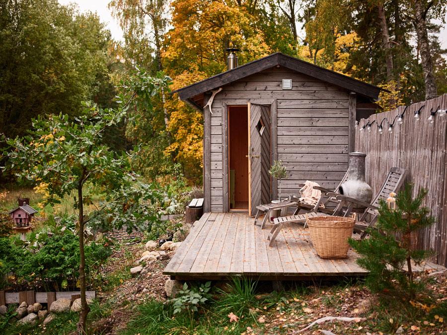 In deze tuin is een tuinhuis sauna gecreëerd!