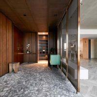 In dit interieur vind je een mooie materialen mix van marmer, hout en messing