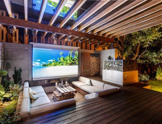 Indrukwekkende tuin met lounge en buitenbioscoop