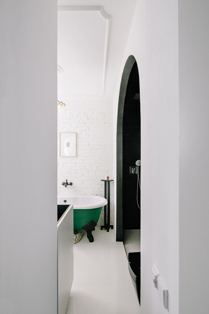Binnenkijken in een stoer industrieel appartement uit moskou inrichting - Indus badkamer ...