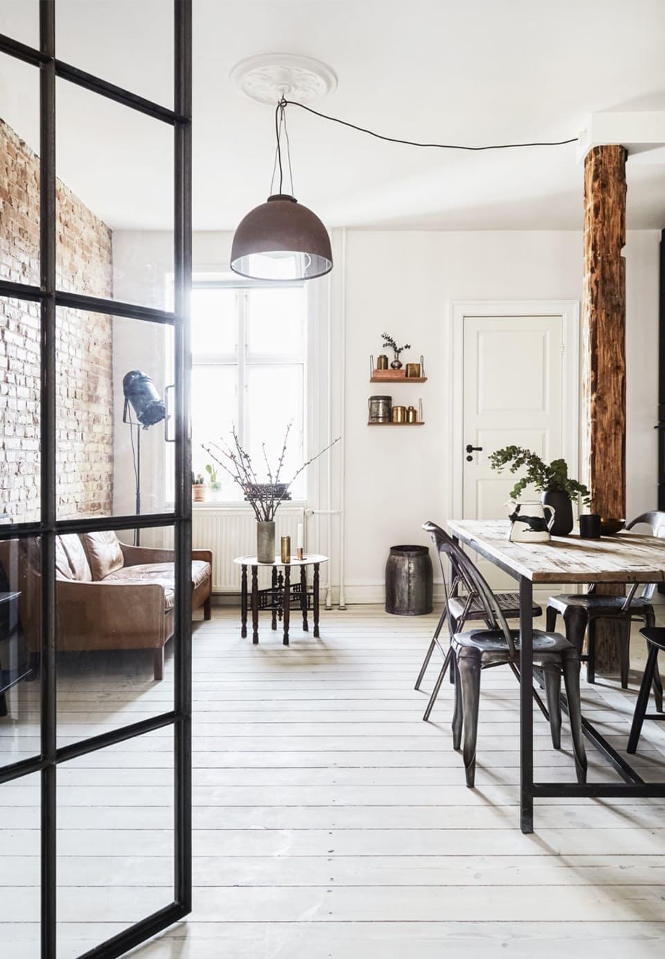 Sofia heeft de perfecte industriële woonkamer ingericht, met een bakstenen muur, cognac leren bank, industriële eettafel en stoere hanglamp. Klik hier voor de hele binnenkijker.