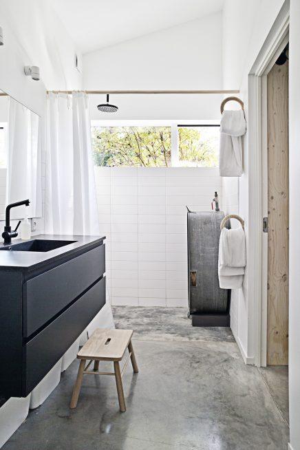 ... slaapkamer, de inloopkast en de badkamer. De smalle inloopkast vormt