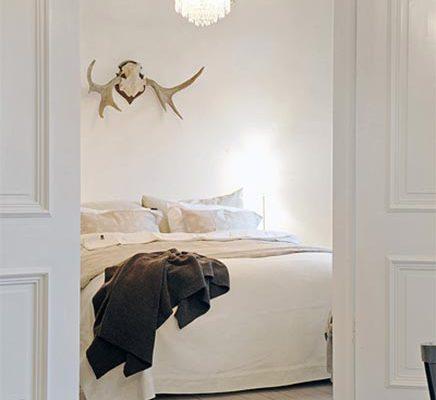 Inloopkast van minimalistisch appartement in Zweden