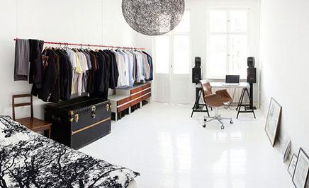 Inloopkast in slaapkamer klein appartement Berlijn