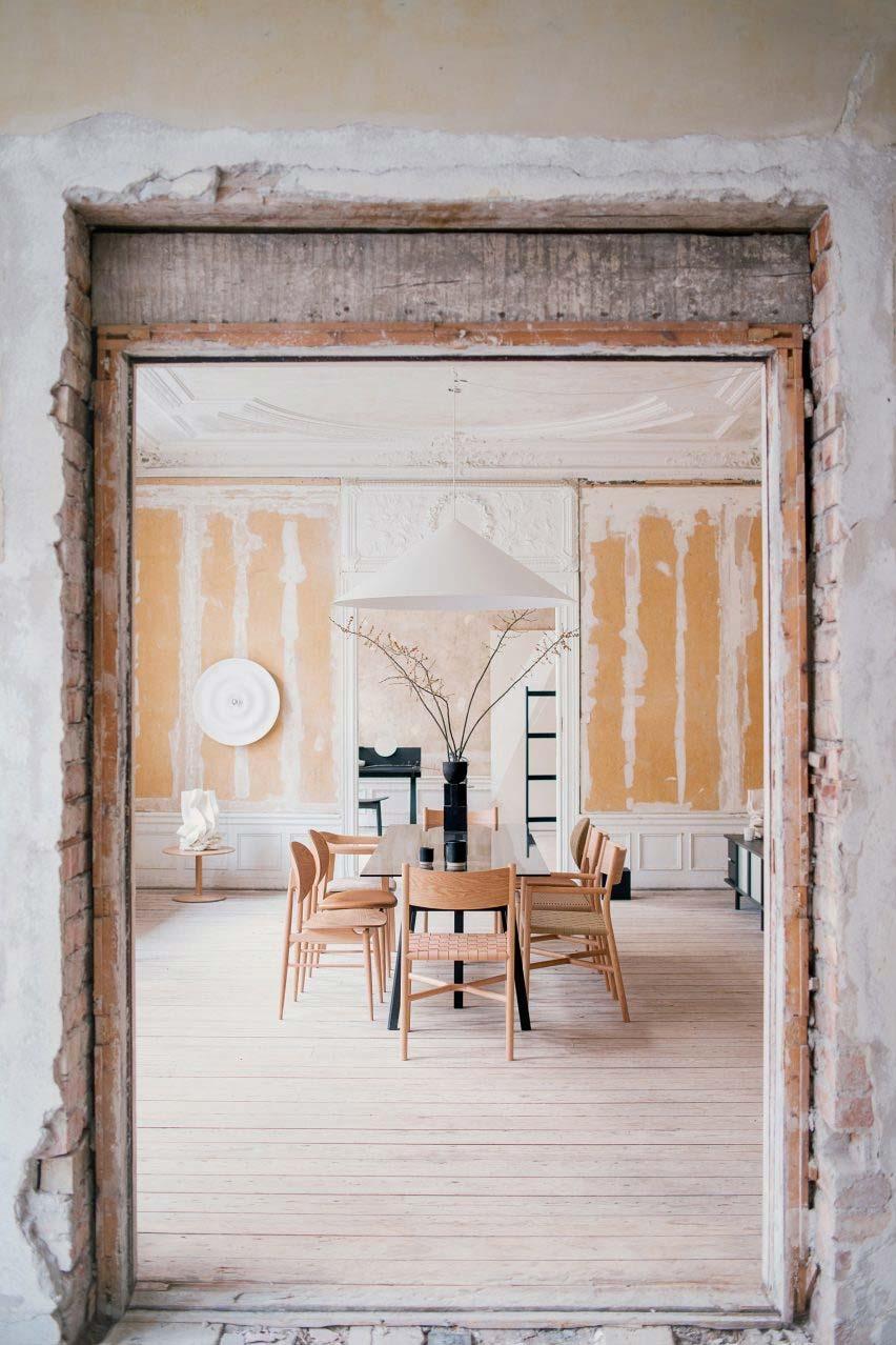 Een tentoonstelling van de Japanse meubelproducent Ariake op Stockholm Design Week toonde de houten meubels van het label, die zijn ontworpen in samenwerking met een aantal ontwerpers van over de hele wereld. Gevestigd in de vervallen voormalige Mexicaanse ambassade in Stockholm, vielen de strakke lijnen van het meubilair op tegen de afbrokkelende muren en gestuukte plafonds, waardoor een mix van textuur en kleur ontstond en een waardering voor ouder vakmanschap dat perfect past bij Japandi.
