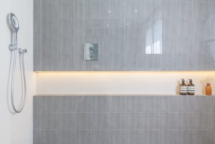 Kalme badkamer met drukke patroontegels