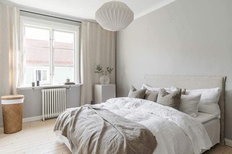 In deze mooie slaapkamer hebben ze ervoor gekozen om kamerbrede gordijnroede op te hangen. Klik hier voor meer foto's.