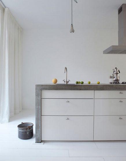 Keuken met betonnen frame