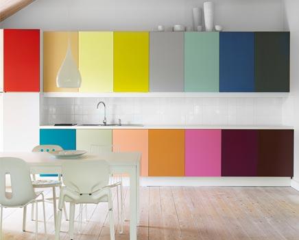 Keuken met alle kleuren van de regenboog inrichting huis