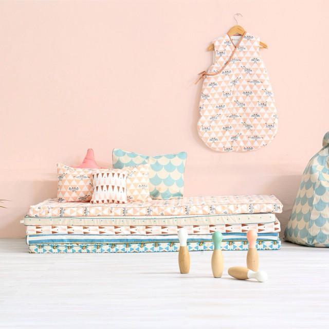 Kinderkamer lounge van stapels matrassen inrichting - Inrichting van een lounge in lengte ...