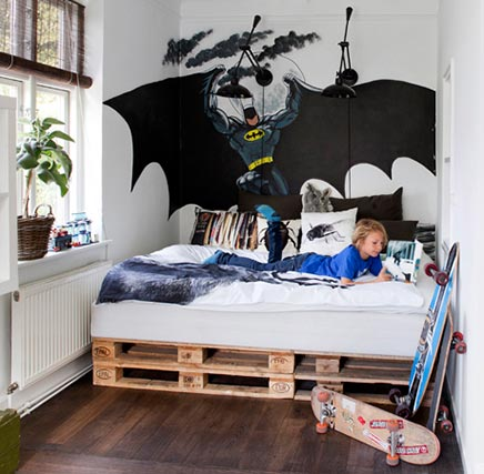 Kinderkamer met palettenbed
