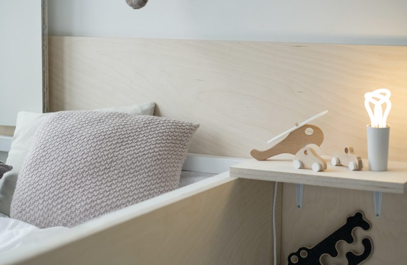 Deze kinderkamer heeft een stoere DIY hoogslaper van Berken multiplex