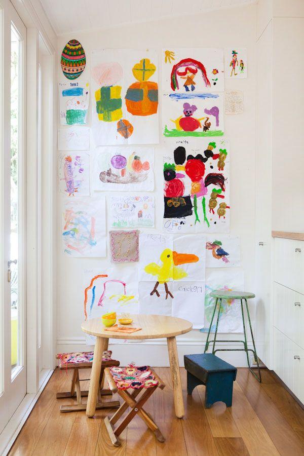 Kindertekeningen aan de muur ophangen