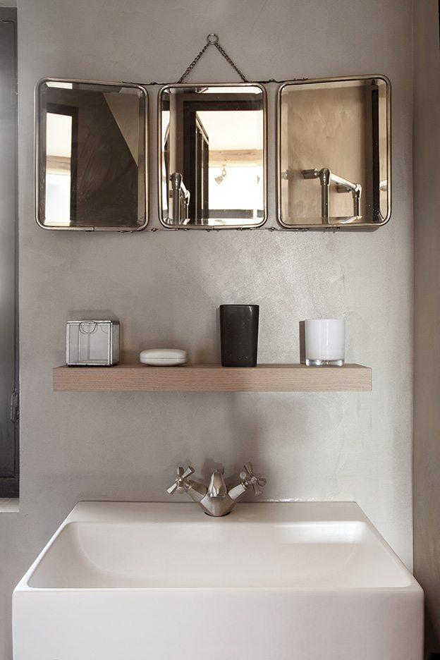 Klassieke landelijk badkamer met betonstuc en houten vloer